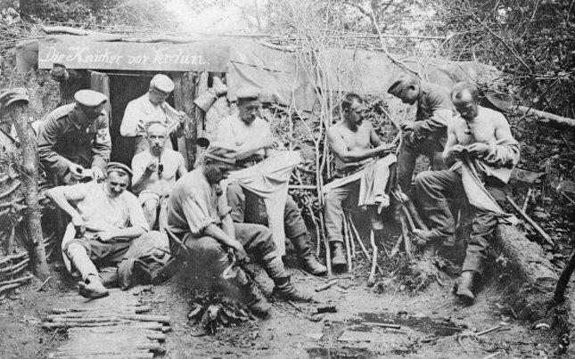 Soldados alemanes en un refugio en medio del bosque durante la Batalla de Verdún de la I Guerra Mundial. La batalla se prolongó durante casi 300 días y uno de los principales problemas de los dos bandos fueron los suministros. Los soldados no sólo vivían en medio del terror constante a una muerte atroz, sino que padecían hambre y sed. Memorial de la Batalla de Verdún