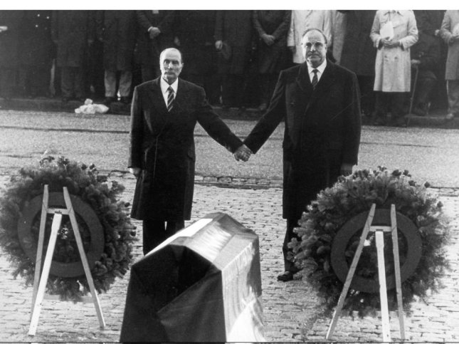 El canciller alemán Helmut Kohl da la mano al ex presidente de Francia, Francois Mitterand (izquierda) en su visita al campo de batalla de Verdún en 1984. Esta imagen se ha convertido en el símbolo de la reconciliación franco-alemana. (re)