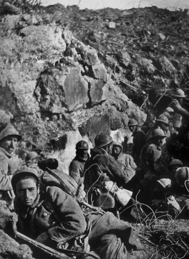 Soldados del Ejército colonial francés cerca de Douaumont, durante la contraofensiva. (cordon press)